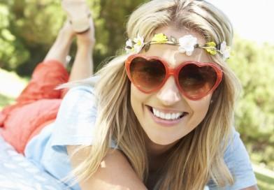 Vasaros receptas – apsauginis kremas, akiniai, marškinėliai, skrybėlė ir pavėsis